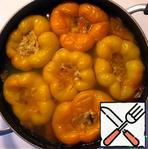 Add the bay leaf, salt and black pepper peas in the gaps between the peppers. Cook over low heat (at a constant low boil) for 40 minutes. At first, it is necessary to look (if necessary, temporarily increase the heating) so that the boiling is constant, since it takes some time for the stuffed peppers to fully warm up and then stable boiling.