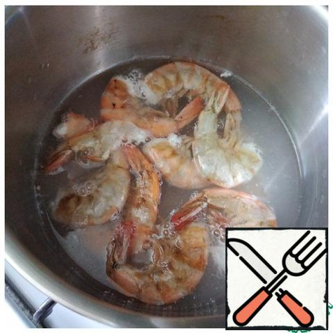 Wash shrimp was not boiled. They must be gradually thawed before cooking and after laying in salted boiling water, cook for an average of 3-5 minutes until ready (if pink and surfaced, then they are ready). I had them in a shell, but without heads. I peeled the shrimp. We cook the egg hard-boiled.