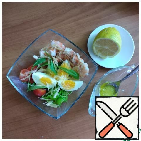 We take a salad bowl and put arugula on the bottom. Carefully and beautifully lay out the shrimp, pepper, cut into strips, cherry halves and egg quarters. Sprinkle with grated Parmesan chips. Making refueling. Mix olive oil with mustard, lemon juice, finely chopped garlic, salt to taste.