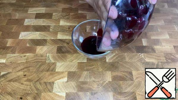 Squeeze the cherries a little and drain the juice.
