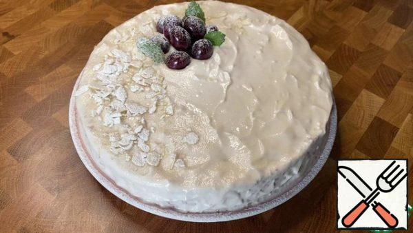 Let the cake soak, leaving it in the refrigerator for a couple of hours. My household can not wait for this - they run to eat the pie immediately (warm is also very tasty).