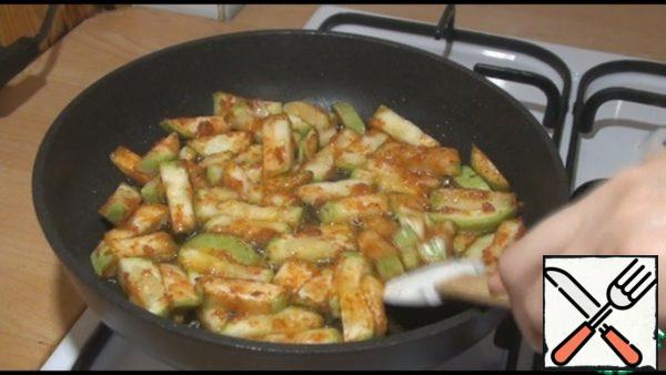 On high heat, fry the zucchini until golden brown. If you take more than 1 zucchini, it is better to fry in two sets, so that all the zucchini have a golden crust.