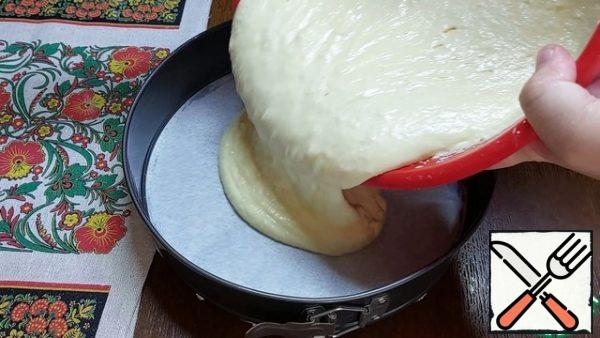 I will bake in a split form with a diameter of 24 cm. The bottom and sides of the mold were greased with butter. The bottom is still covered with parchment paper. Turn on the oven to warm up to 180 degrees. First, we spread the curd filling and carefully level it with a spatula.
