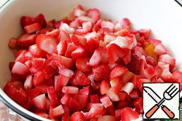 Cut the strawberries into halves or quarters, add to the apricots.