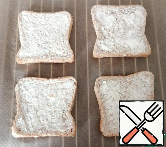 Spread the bread with a thin layer of butter.