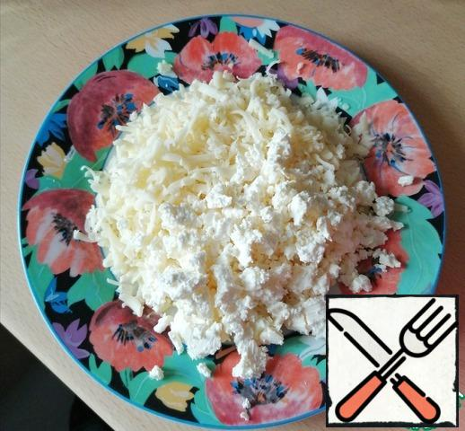 Grate the cheese and crumble the cheese. In the original, kashkaval cheese, but suluguni will work well.