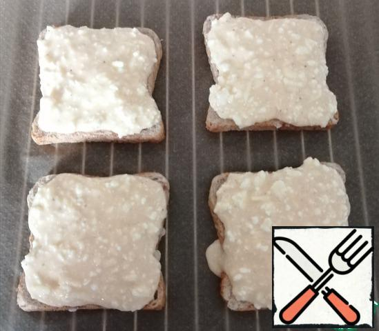 Beat two eggs and add cheese, pepper and salt, if you need more salt, to taste. We distribute the filling on the bread.