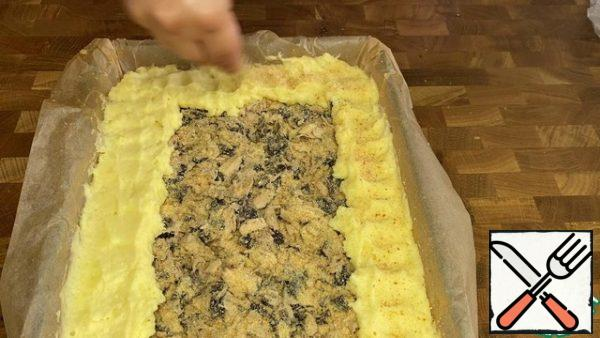Place the remaining dough along the sides of the mold, leaving the middle of the pie open. Sprinkle the pie with breadcrumbs.