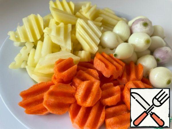 We clean and cut the vegetables. The onion-arpachik looks very nice in the dish, if it is not there, we cut the onion into large pieces.