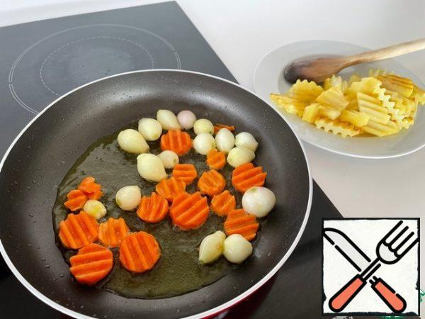 In a frying pan, heat the vegetable oil and alternately fry the potatoes, carrots and onions until they are ruddy crusts.