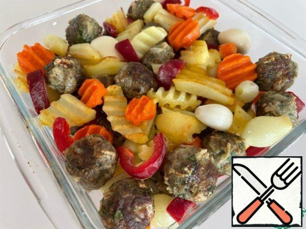 Fried vegetables and meatballs, chopped Bulgarian pepper are randomly put into a baking dish. If you like baked garlic, put the whole peeled cloves.