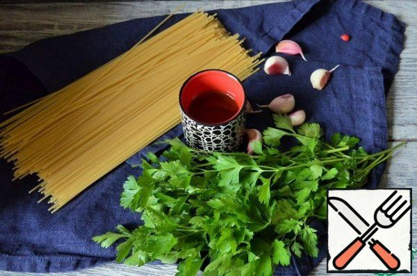 Here is such a simple set of products we will need. It is advisable to take spaghetti from durum wheat varieties, they are most similar to Italian ones. Take the amount of garlic to your taste, fried in olive oil, it is very tasty.