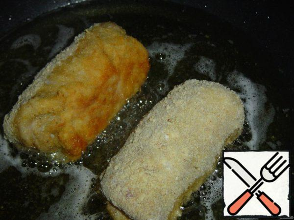 And deep-fry for 10 minutes. To be completely sure that the roll is ready, you can send it to the oven for 15-20 minutes, covered with foil.