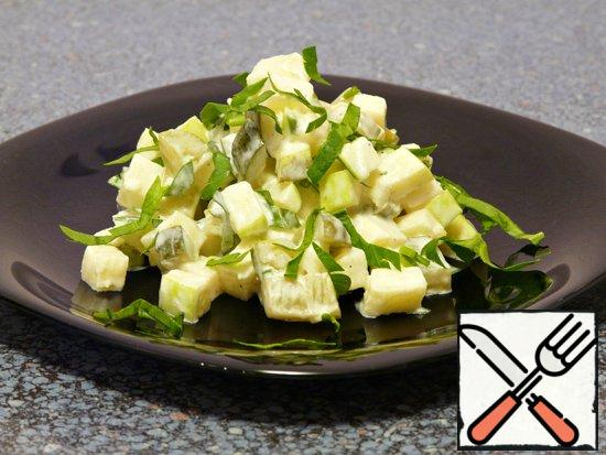 Cucumbers and apples are cut into cubes. Add the chopped garlic, chopped parsley, sour cream, pepper and mix.