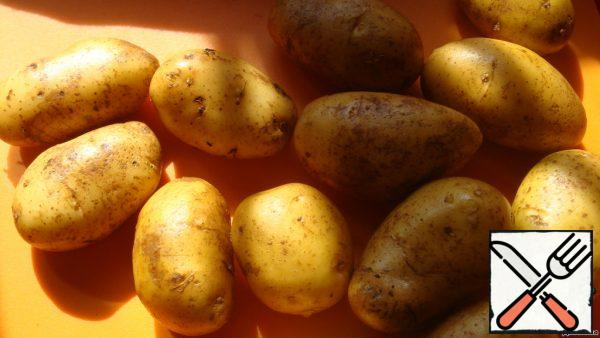 Preparation of products is very fast, so first we put the oven on heating. Preheat to 180-200 degrees. And we cook our potatoes. It is desirable that it is approximately the same size. Potatoes are thoroughly washed. Do not dry!