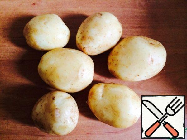 """I took new potatoes, so I didn't cut the skin, but just washed it thoroughly with a brush. If you have """"old"""" potatoes, peel them. You don't need to cut it into pieces. Then pour water and boil over high heat after boiling for 7-8 minutes."""