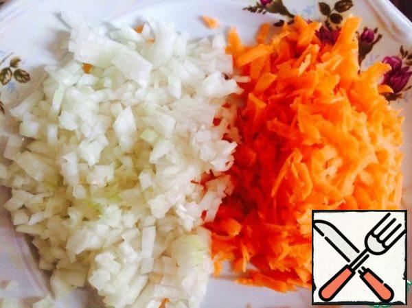 We cut the onion, rub the carrot.