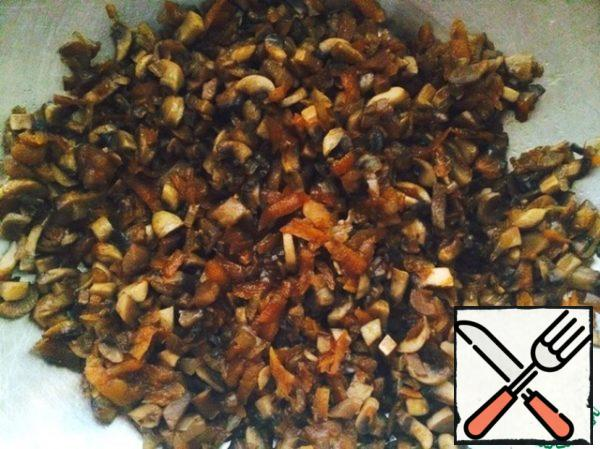 Fry the mushrooms, onions and carrots, adding soy sauce and favorite spices, in vegetable oil (I like olive oil) until the liquid from the mushrooms completely evaporates. Put them in a bowl.