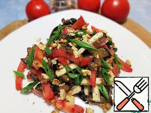 4. While the eggplants are cooling, we chop the nuts and garlic.5. Cut the cheese and tomatoes into strips.6. Well, now add tomatoes, cheese and garlic to the eggplant, pepper and mix.7. Put it on a plate and sprinkle with nuts.
