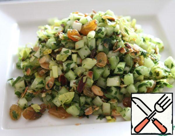 Soak the raisins, bake the almonds until golden brown, chop the celery and parsley, add oil, juice and salt - mix everything,