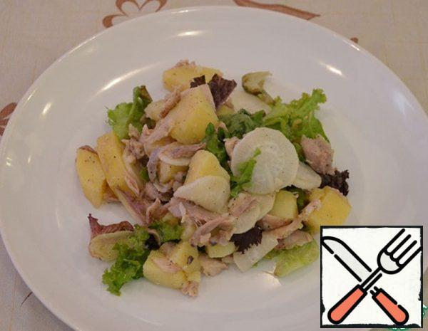 Cut the boiled potatoes into a large cube. We cut chicken meat into pieces. Cut the radish into slices. Add the lettuce leaves. In a bowl, mix olive oil, salt, sugar, ground black pepper, mustard and balsamic vinegar.