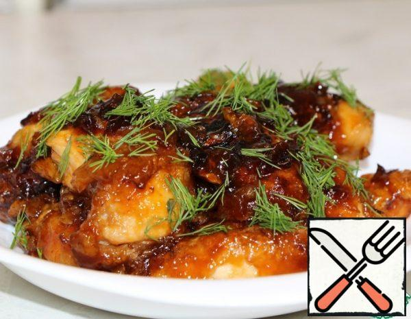 Cut the chicken fillet into small pieces, add to it 2 tbsp soy sauce, 0.5 tsp rosemary, 0.3 tsp salt, 1 tsp grated ginger. Mix everything and leave it for 10 minutes.After the time has elapsed, add 3 tablespoons of starch with a slide and leave for 1 hour.While the chicken is marinating, prepare the sauce: mix 2 tablespoons of soy sauce, 7 tablespoons of 9% vinegar, 1 tablespoon of tomato paste and 4 tablespoons of sugar.