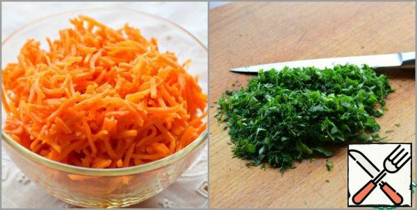 If the carrot is rubbed in Korean with a long straw, it is better to cut it across into several parts. Chop the greens (parsley/dill).