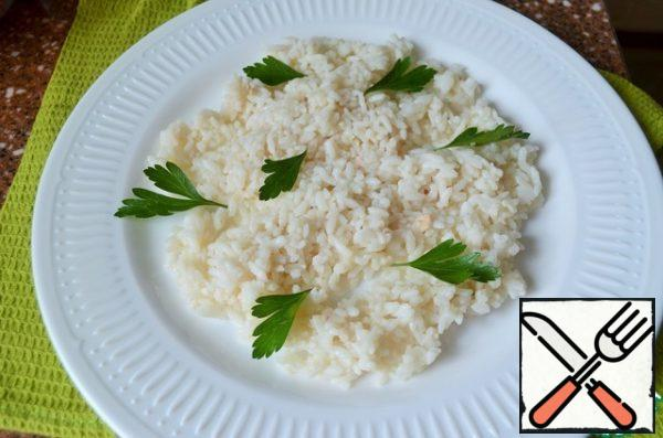 Mix the rice with the liver oil, put it on a serving dish, adding herbs.