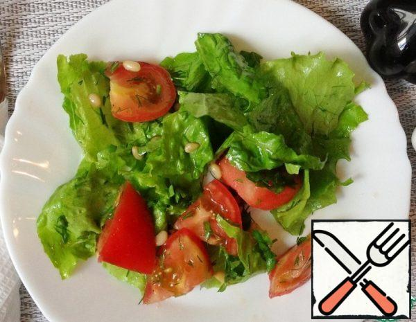 Pick lettuce leaves with your hands. Cut the ripe tomatoes into cubes of 1.5-2 cm. Chop the greens with a knife.
