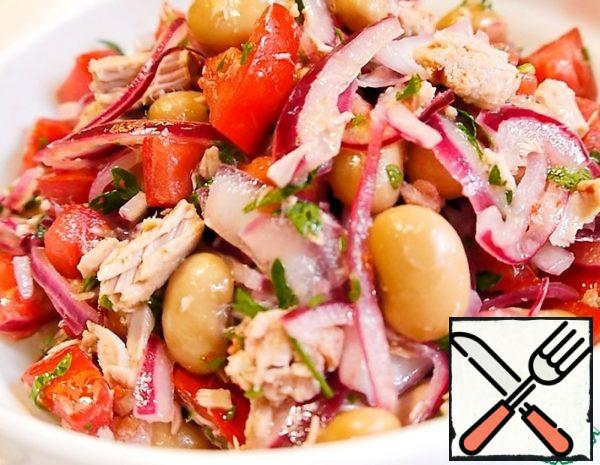 Cut the onion into quarter rings and marinate for 20-30 minutes with vinegar,salt and sugar, pour boiling water. Cut the tomatoes into cubes, chop the parsley. Divide the tuna into pieces. Add beans, tuna, pickled onion, parsley to the tomatoes.
