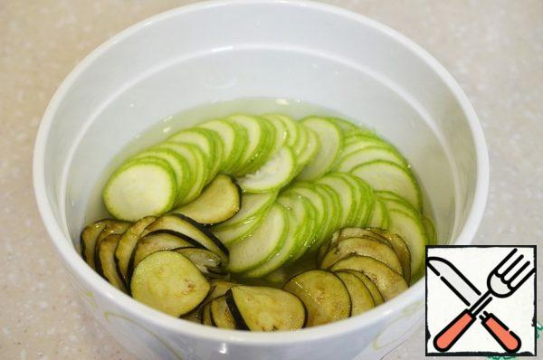 Add 1 tsp of salt to the water. Put the chopped vegetables in it, leave for 15 minutes.