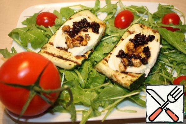 Put a piece of mozzarella on each plate and grease with a tomato-nut mixture.