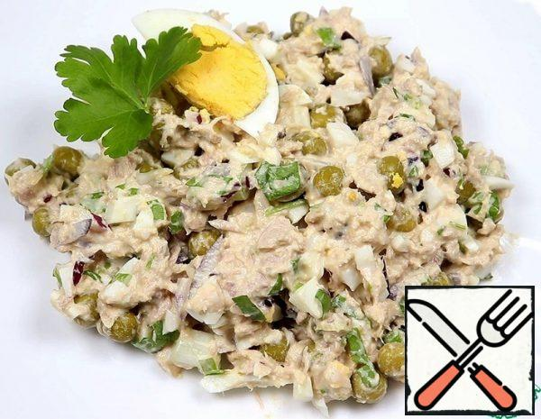 1. Boil the eggs and cool them. 2. Drain the water from the tin of canned tuna. Put the tuna in a dish and mash it with a fork. 3. Cut the eggs and red onion into cubes. Chop the greens. Add everything to the tuna dish.