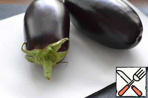 Wash the eggplants and dry them with a paper towel. Do not cut off the tail.