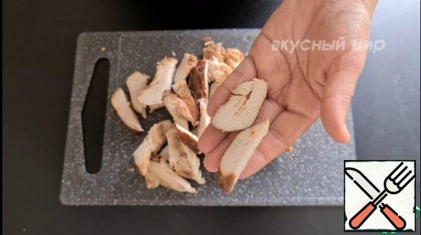 Cut the chicken breast into small pieces in any shape.