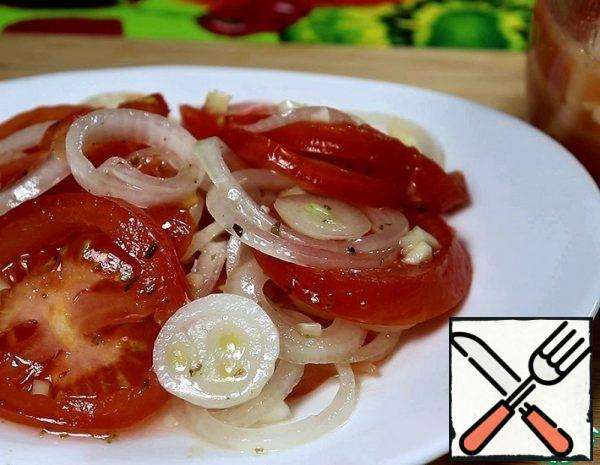 """1. Cut tomatoes and onions into rings. Finely chop the garlic. 2. In a bowl, carefully mix honey, sunflower oil, lemon juice, salt and seasoning (I have a mixture of """"Italian herbs"""")."""