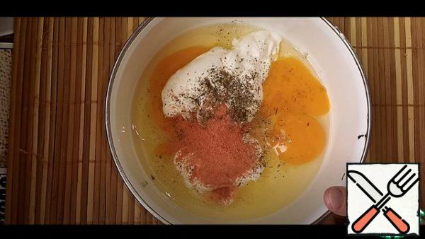 I drove 2 chickens into a bowl. Eggs added 6 tbsp. l of sour cream, then salt, dried dill and paprika, mixed everything well.
