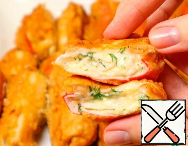 Grate hard cheese and melted cheese. Add chopped dill and homemade mayonnaise. Mix well. This is the filling. Pour hot water over the crab sticks so that they are well unwrapped. Unwrap, lubricate the filling. And roll it into a roll.