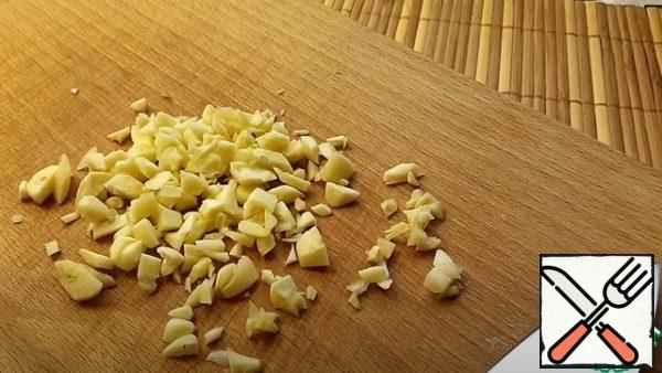 Cut the garlic into a small cube, transfer it to the onion. We put it aside.