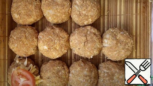 We roll meat balls from minced meat, they can be panicked in breadcrumbs. We transfer it to a baking sheet ( I have a glass one )