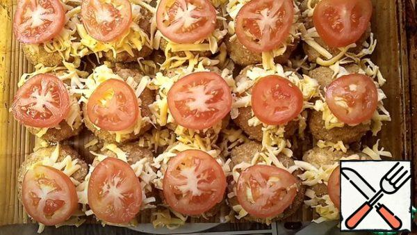 We put cheese and tomato on these balls. We send it to the preheated oven, until ready. My meat balls were baked for 40 minutes. If you have a cheese roll, you can fix it.