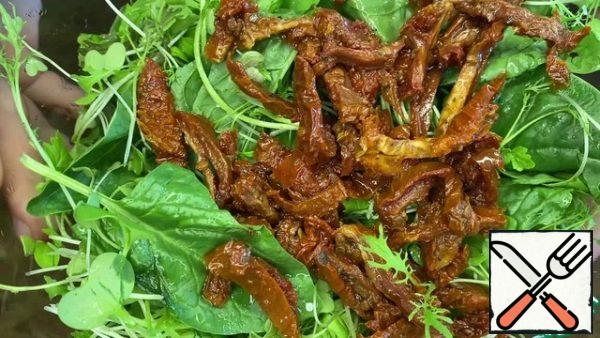 Cut the dried tomatoes into thin strips.