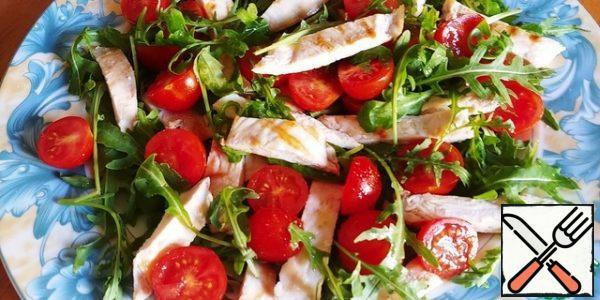 We spread the arugula first, then the tomatoes and the chicken on top, salt, pepper, pour lemon juice, if desired, and, necessarily, before serving! If you need a more satisfying salad, you can add one or two potatoes to it, previously boiled in a uniform and cut into a large piece.