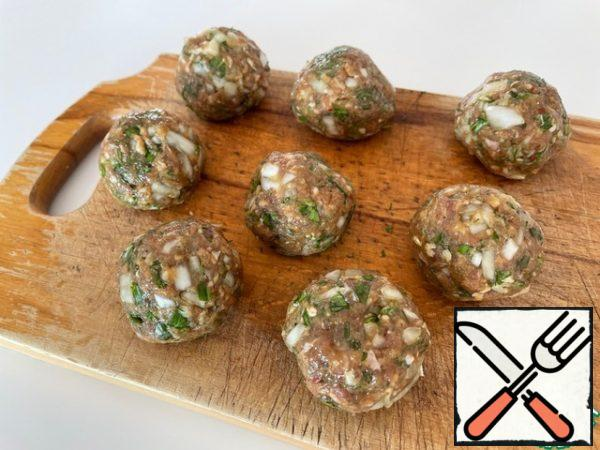 Chop the onion, garlic and herbs, mix with the rest of the ingredients. Salt and add your favorite spices to taste. We make cutlets the size of a small egg. From this amount of minced meat, 8 pieces turned out.