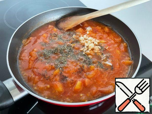 We prepare the sauce. Peel the tomatoes from the skin and chop them into small cubes. Stew with oil, add tomato paste for color, add the desired amount of water. Boil for 5 minutes, add salt to taste, garlic and your favorite spices. Basil or oregano will give a very good taste to the sauce.
