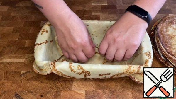 I will not tell you how to make pancakes, there are many good recipes on the site with a step-by-step description. I baked pancakes in a frying pan with a diameter of 28 cm. And my cake mold is 23/14 and 6 cm deep. We line the form with pancakes leaving free edges.