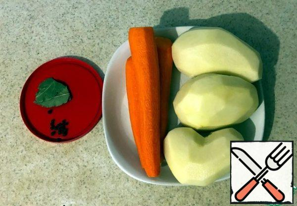 We crumble carrots and potatoes in small cubes. Rinse the lentils several times. It is not necessary to soak it.