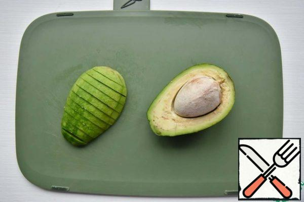 Remove the avocado from the skin and bones, cut into slices and also marinate in lime juice with salt and pepper.