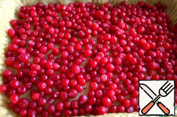 Scatter the lingonberries on the bottom.