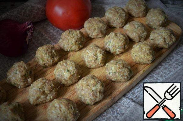 Form minced meatballs, the size of a walnut. Put it in the refrigerator for now.